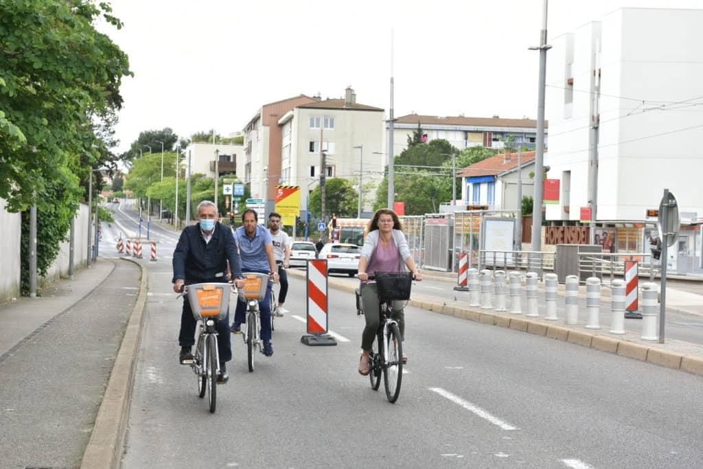 4 cyclistes sur une piste temporaire