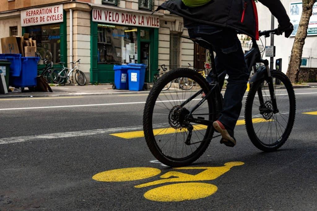 Vélo sur piste cyclable temporaire